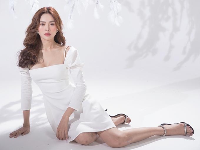Chiếc váy màu trắng, kiểu tay phồng phù hợp với phong cách thanh lịch mà Lan Ngọc yêu thích. Cô phối thêm giày cao gót quai mảnh.