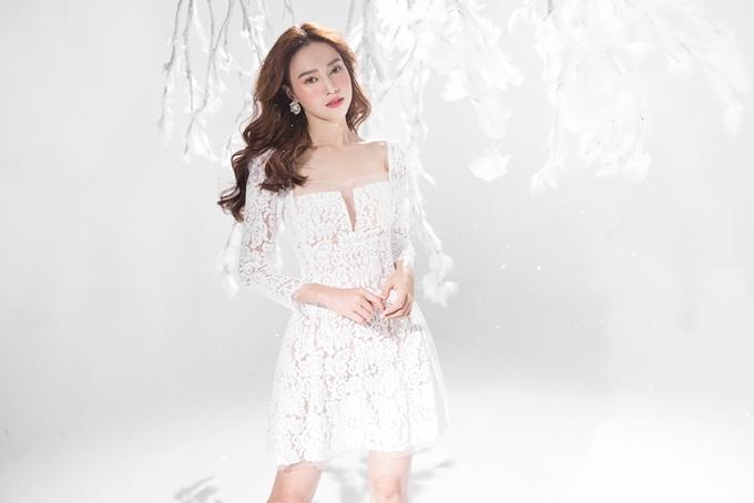 Chất liệu ren mỏng tang mang đến sự quyến rũ trên nền phom váy cúp ngực đơn giản.