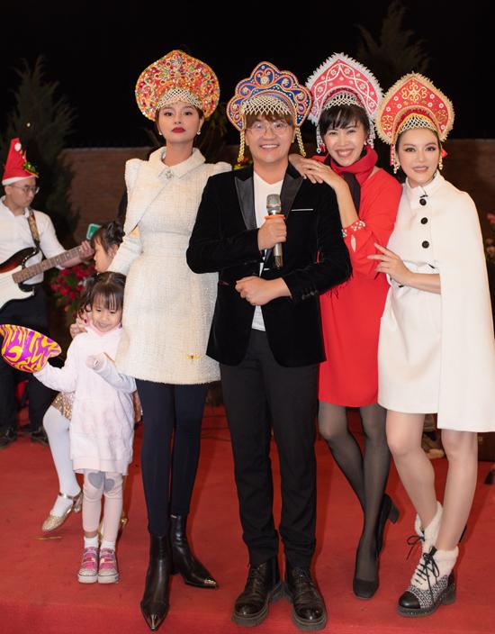 MC Quỳnh Hoa (váy đỏ) nhí nhảnh đội chiếc mũ sắc màu, vui Noel với mẹ con Vũ Thu Phương, MC Đại Nghĩa và Lý Nhã Kỳ.