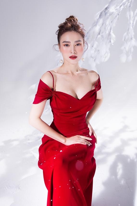 Màu đỏ cũng là lựa chọn không thể thiếu của Lan Ngọc dịp lễ hội cuối năm.