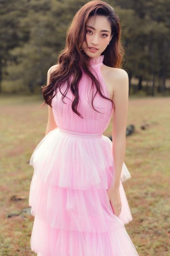 Lương Thùy Linh khoe vẻ đẹp tuổi 19.