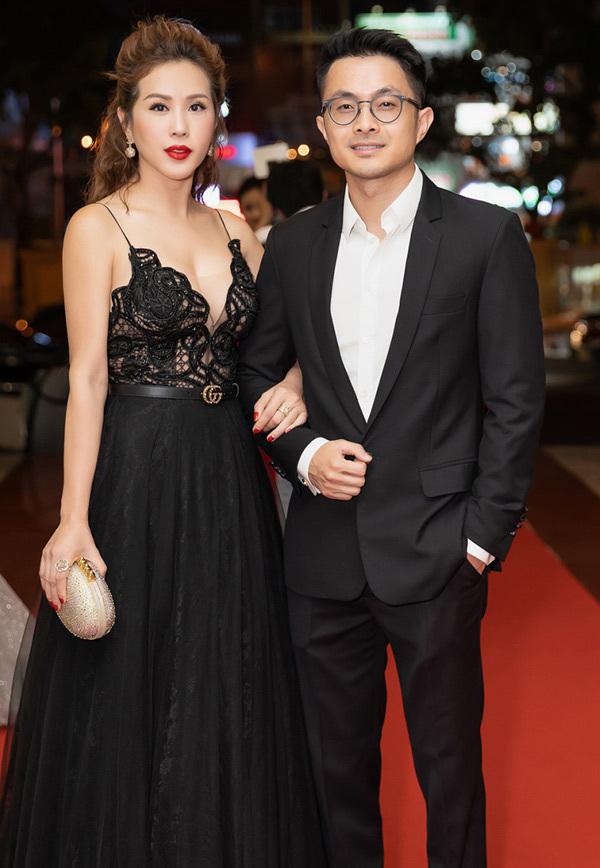 Bạn trai của Hoa hậu Thu Hoài tên là Tống Trí, sinh năm 1986, người gốc Huế. Dù chênh lệch 10 tuổi, cả hai được khen xứng đôi về ngoại hình.