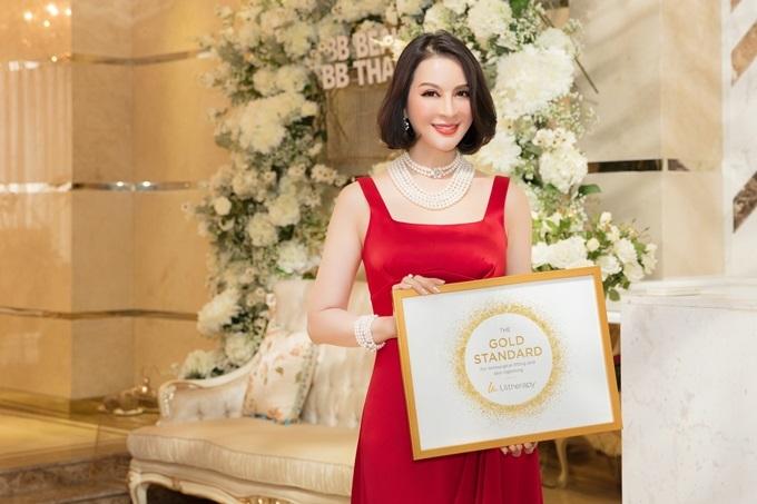 Thanh Mai được khen trẻ trung khi nhận giải thưởng lớn.