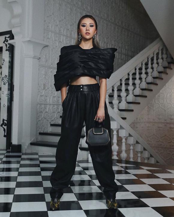 Mỗi lần xuất hiện, cô gái 23 tuổi luôn đầu tư chỉn chu cả trang phục, phụ kiện lẫn gu make-up, làm tóc, giúp bản thân dần khẳng định vị trí trong làng fashionista Việt.