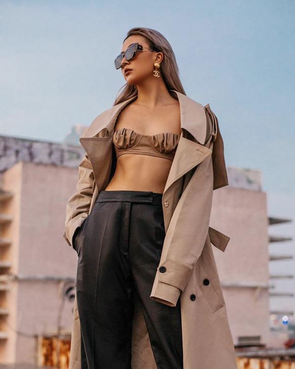 Sở hữu vòng một khiêm tốn, fashionista gốc Hà Nội vẫn tự tin khoe dáng trong mọi thiết kế sexy nhất, bao gồm cả bra-top tí hon.