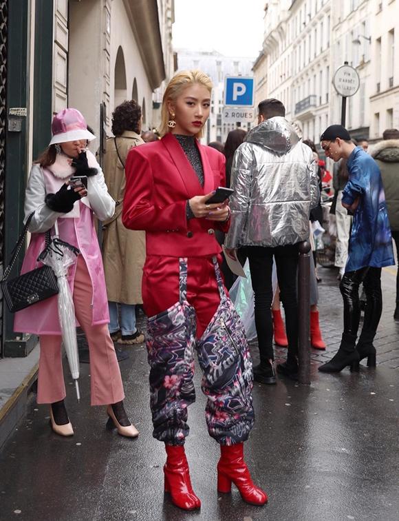 Lần đầu tiên tham dự Paris Fashion Week Thu đông 2019 hồi tháng 2, Quỳnh Anh Shyn nỗ lực mix đồ khác biệt nhằm tạo dấu ấn riêng, thu hút ống kính phóng viên quốc tế.
