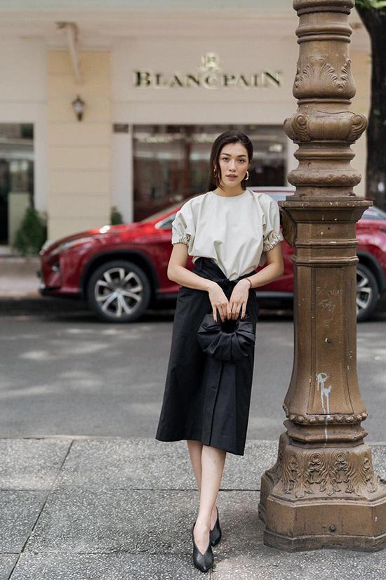 Hướng đến vẻ đẹp của người phụ nữ thời đại mới, trang phục của Lâm Gia Khang luôn toát lên hình ảnh hiện đại, hợp thời và đúng xu thế.