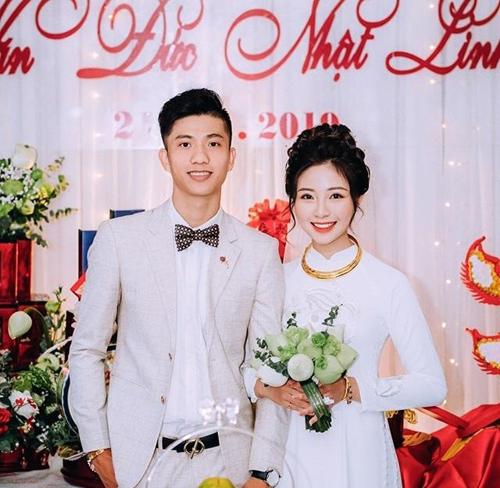 Ngày đại hỷ, Văn Đức diện bộ suit màu trắng kem, chọn nơ thay vì cà vạt. Cô dâu Nhật Linh để tóc tết, búi cao, chọn makeup tông cam đất, tôn diện mạo tự nhiên, nước da trắng.
