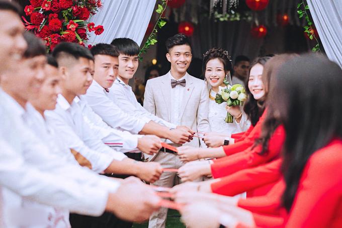Hoa cầm tay mà cô dâu chọn là sen trắng, gợi nhắc về tình yêu thuần khiết, trong sáng.