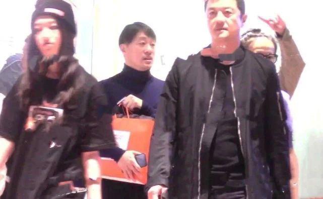 Tài tử Lý Á Bằng đưa con gái Lý Yên đi mua sắm tại một trung tâm thương mại ở Bắc Kinh hôm 26/12. Tròn 13 tuổi, cô bé Lý Yên cao vượt trội, vóc dáng gầy gò. Cô bé ăn mặc rất thời trang, khỏe khoắn. Lý Yên dường như đang muốn tìm một đôi giày phù hợp và nhờ sự tự vấn của bố.