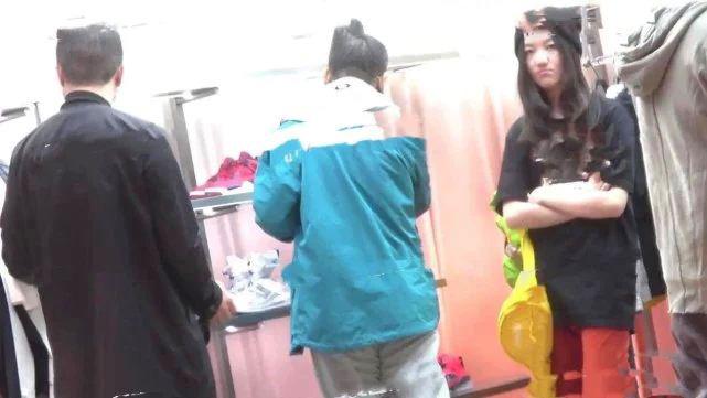 Lý Á Bằng hộ tống con gái đi mua sắm - 2