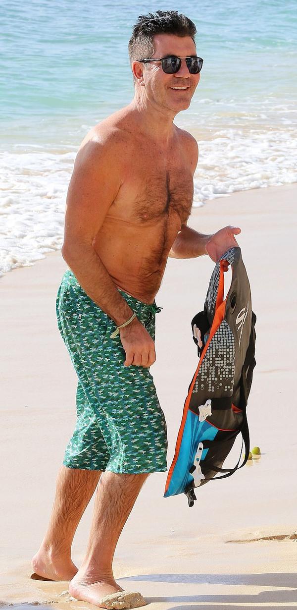 Simon Cowell tự tin khoe body gọn gàng sau khi đã giảm 10 kg. Ngôi sao 60 tuổi bị đồn đi phẫu thuật thắt dạ dày để giảm cân thần tốc nhưng ông phủ nhận. Nếu làm điều đó, tôi sẽ thừa nhận. Tất cả đều là do chế độ ăn kiêng, Simon phát biểu.