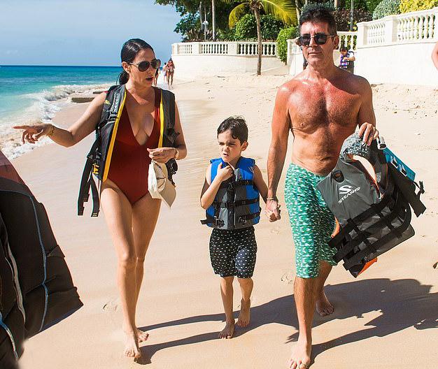 Simon đang đi nghỉ ở đảo Barbados với bạn gái và con trai 5 tuổi.