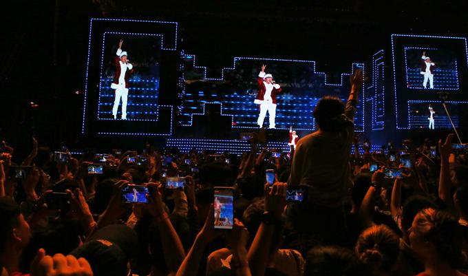 Hàng nghìn khán giả đồng loạt giơ điện thoại ghi hình màn trình diễn máu lửa của Sơn Tùng M-TP.