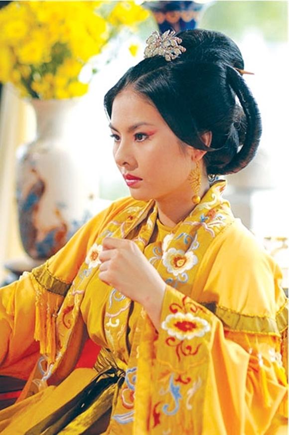 Ở vị trí thứ hai là Vân Trang với 13 bộ phim. Vào nghề từ năm 17 tuổi, nữ diễn viên sinh năm 1990 đắt show phim ảnh vào đầu những năm 2010, ở cả hai lĩnh vực điện ảnh và truyền hình. Năm 2011 và 2013, mỗi năm cô có sáu phim chiếu.Ở mảng phim chiếu rạp, cô đóng đa dạng vai: sang chảnh và đanh đá trong Cô dâu đại chiến, yếu đuối trong Scandal: Bí mật thảm đỏ, hài hước trong Cô dâu đại chiến 2, Tiền chùa... Thái hậu (ảnh) trong phim Thiên mệnh anh hùng là vai phản diện hiếm hoi của Vân Tran, cũng là một vai diễn tiêu biểu của cô. Vài năm gần đây, Vân Trang đóng ít phim hơn. Riêng năm 2019, cô đểlộ sự dễ dãi trong khâu chọn kịch bản, đóng nhiều vai dở trong Ngôi nhà bươm bướm, Táo Quậy, Tìm chồng cho mẹ, Ngốc ơi tuổi 17.
