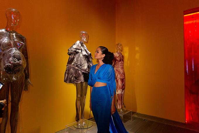 Cách kết hợp giữa thời trang và nghệ thuật sắp đặt của Công Trí và 10 nghệ sĩ trẻ khiến HHen Niê và các khách mời vô cùng thích thú.