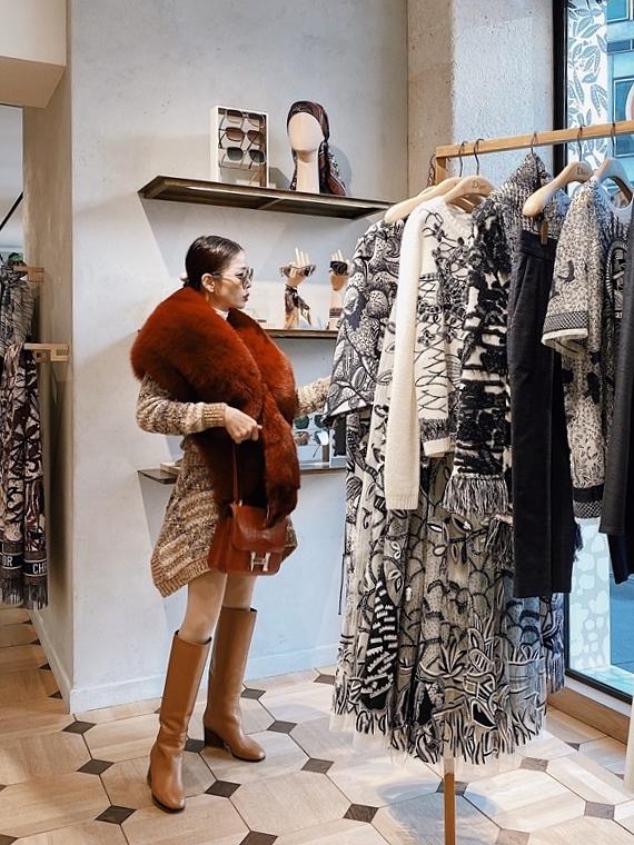 Trong chuyến đi ngắn ngày, Nữ ca sĩ đã ghé thăm rất nhiều thương hiệu như: Chanel, Fendi, Dolce & Gabbana...