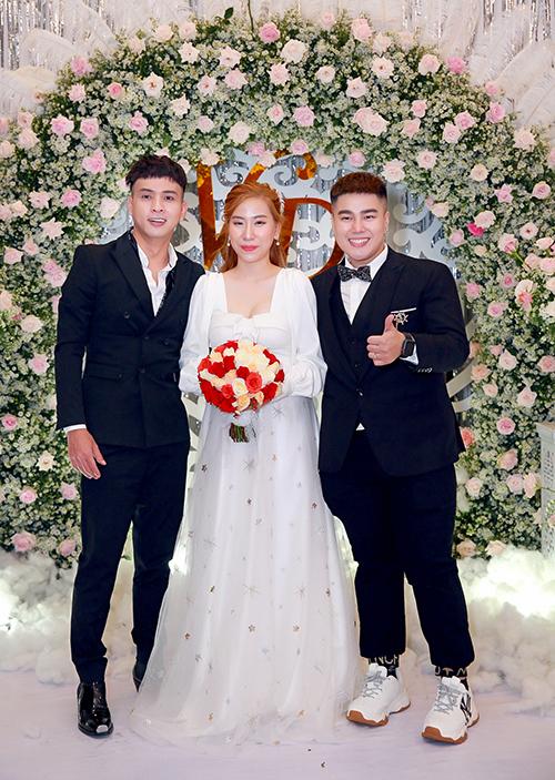 Cuối tiệc, cô dâu thay váy thứ 3 với kiểu cổ vuông, thân váy điểm họa tiết sao trời. Sáng cùng ngày, cặp vợ chồng đã tổ chức lễ tân hôn cũng tại TP HCM.