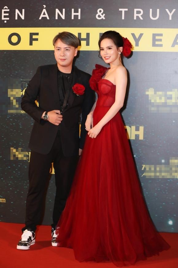 Diễn viên Phi Huyền Trang đi cùng NTK Văn Thành Công.