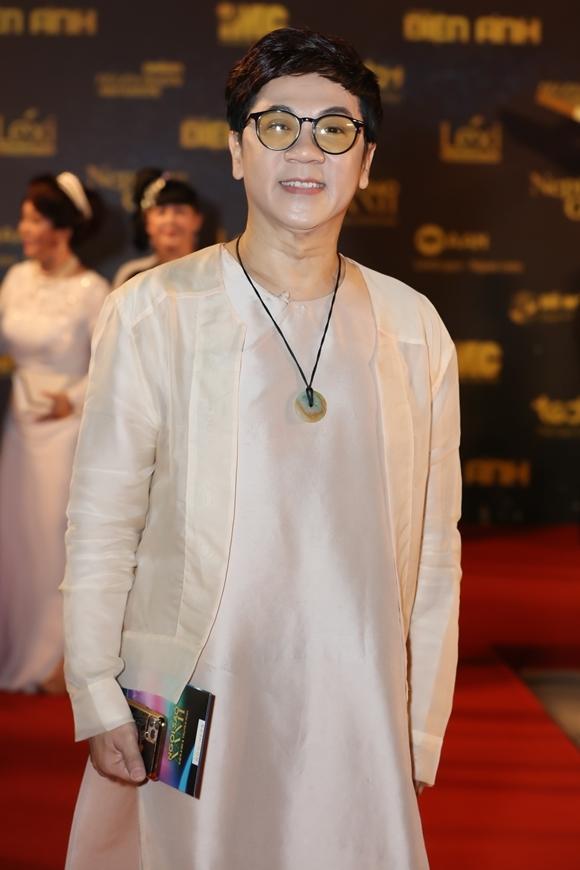 NSƯT Thành Lộc mặc trang nhã đi trao giải.