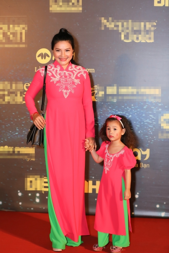 Diễn viên Kiều Trinh đưa con gái út đi sự kiện chung.