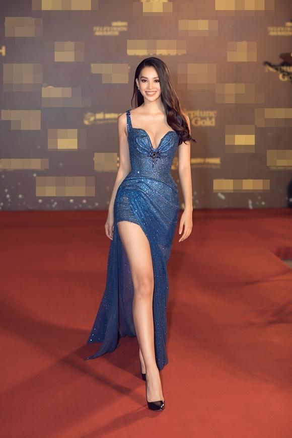 Hoa hậu Việt Nam 2018 Trần Tiểu Vy sải bước, khoe chân dài trên thảm đỏ. Cô là một trong các khách mời trao giải tại Ngôi sao xanh.