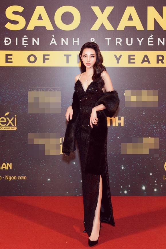 Top 5 Hoa hậu Việt Nam Nguyễn Thúc Thùy Tiên dự sự kiện cùng hai người bạn. Cô là một fan của điện ảnh, từng đi học diễn xuất với mong muốn có cơ hội đóng phim.