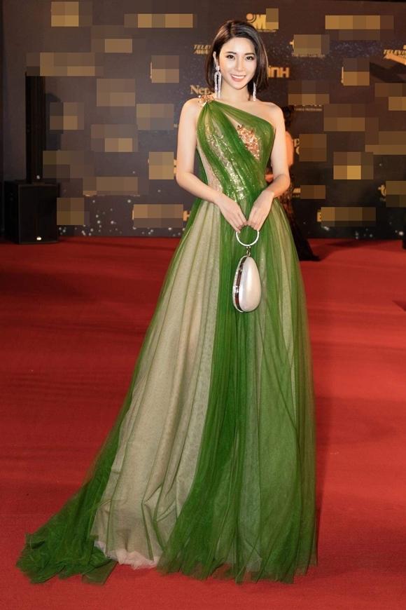 Á hậu - diễn viên Yan My từ Hà Nội bay vào TP HCM làm khách mời trao giải.