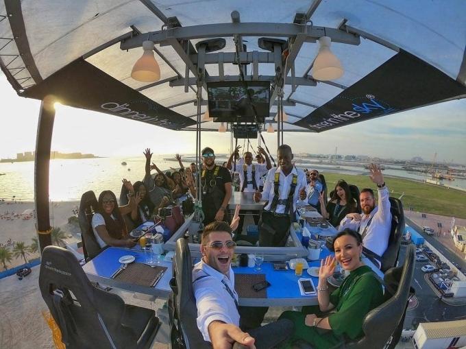 Từ đây, thực khách có góc nhìn toàn cảnh 360 độ, hóng gió mát trên cao và thưởng thức món ăn do các đầu bếp chuyên nghiệp chế biến.