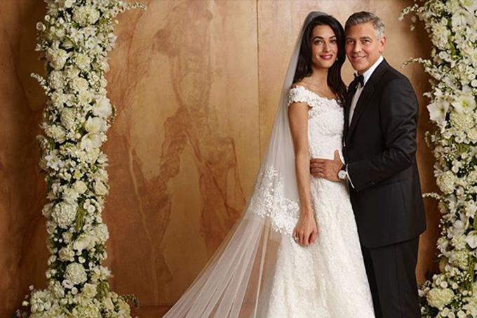 Váy cưới của cô dâu có vai trễ, thiết kế xòe nhẹ.