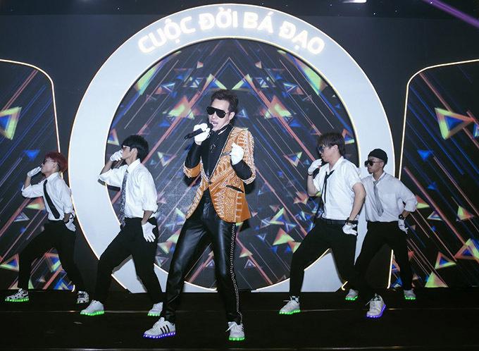 [Caption  Nam ca sĩ Chu Bin tiếp nối chương trình với Giả Vờ Thương Anh và Hãy Xem Là Giấc Mơ.