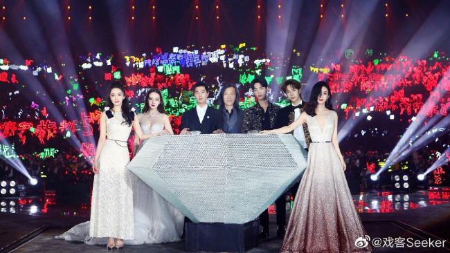 Đứng cạnh Địch Lệ trong những phút nhận giải, Dương Mịch thi thoảng còn quay sang giúp gà cưng chỉnh váy áo. Hành động này khiến cô nhận được nhiều lời khen từ khán giả.