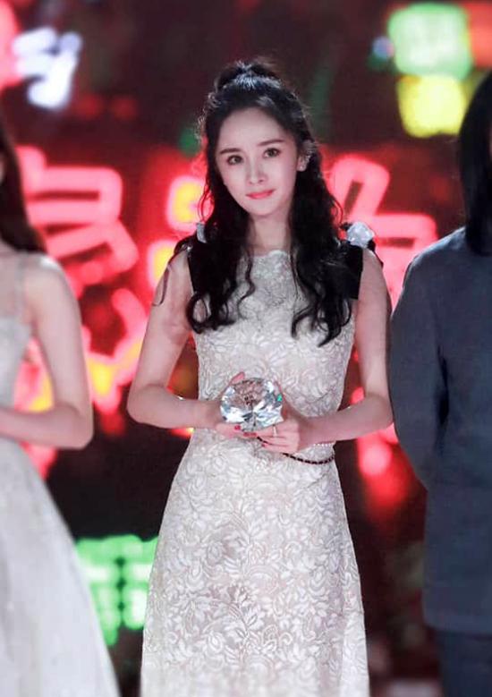 Sánh vai cùng đàn em, Dương Mịch mặc một chiếc váy sắc trắngthanh lịch.