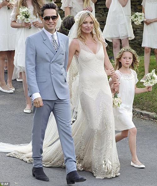 Cô dâu Kate Moss chọn dresscode cho khách mời là màu trắng.