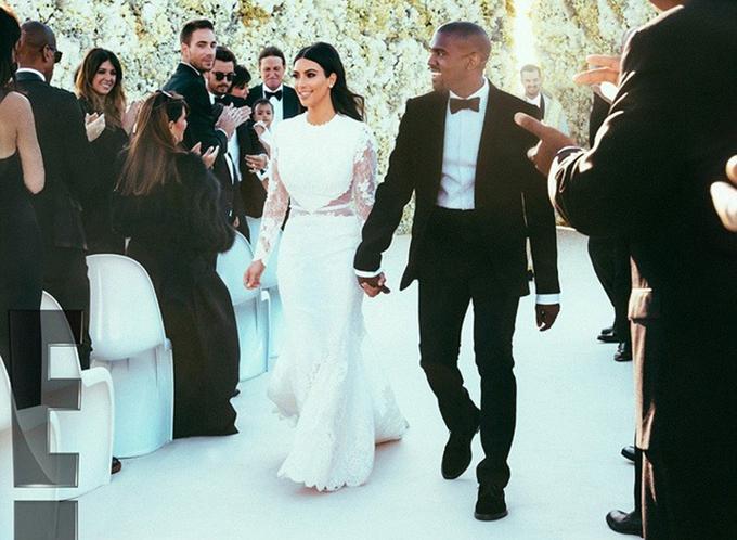 Cô dâu, chú rể đã phải bỏ đi 2 bức tượngđá cẩm thạch (dùng để trang trí cưới) có giá3 triệu USD (khoảng 69,5 tỷ đồng) vì bị hư hại trên đường tới nơi tổ chức tiệc.