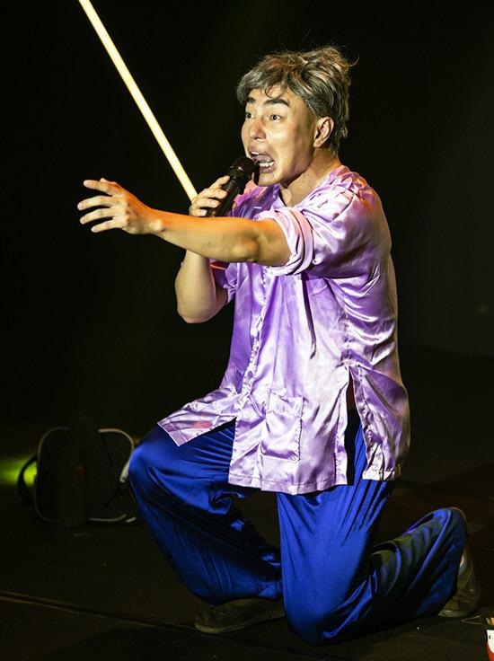 Diễn viên hài Lê Dương Bảo Lâm chọc cười khán giả với một tiểu phẩm được viết riêng cho liveshow này.
