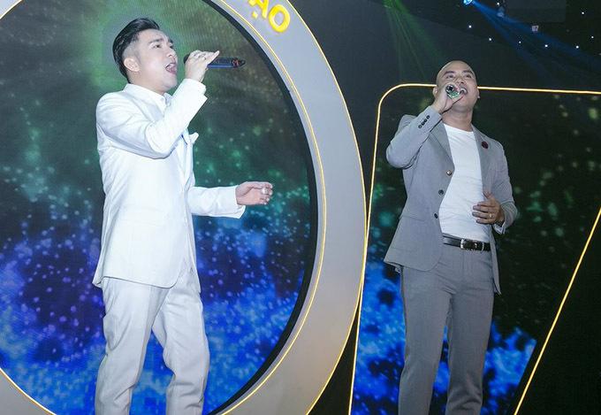Quang Hà và A Tuân song ca Ngỡ đầy cảm xúc. Hai ca sĩ gắn bó nhiều năm nay và luôn hỗ trợ nhau trong công việc và cuộc sống.