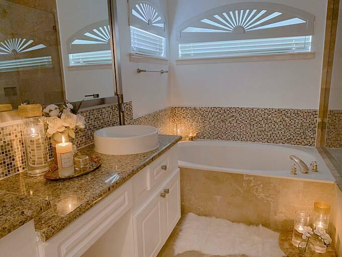Phòng tắm ấm cúng và sang trọng với tông vàng đồng chủ đạo.