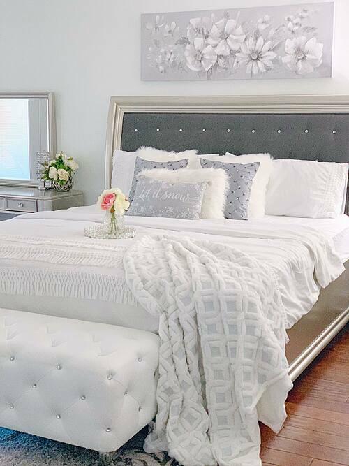4 phòng ngủ trong căn nhà được chia đều ở 2 tầng. Quỳnh Hương tạo phong cách riêng biệt cho từng căn phòng, nhưng đều đảm bảo đây là nơi nghỉ ngơi, đem đến những giấc ngủ chất lượng.