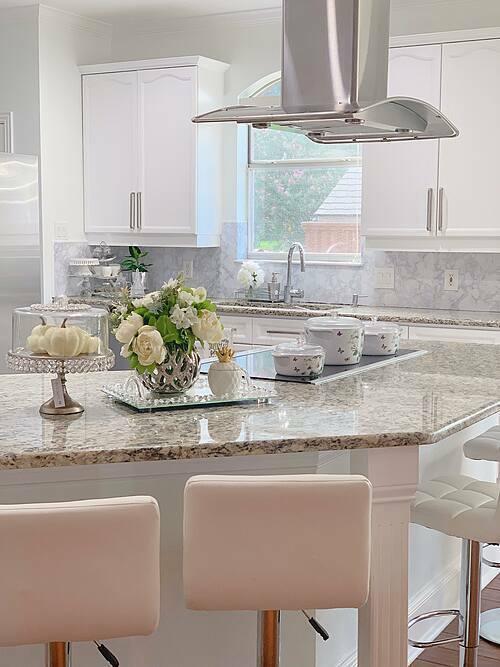 Bếp được thiết kế theo không gian mở, với bàn đảo bếp hướng về phía phòng khách chính của gia đình.