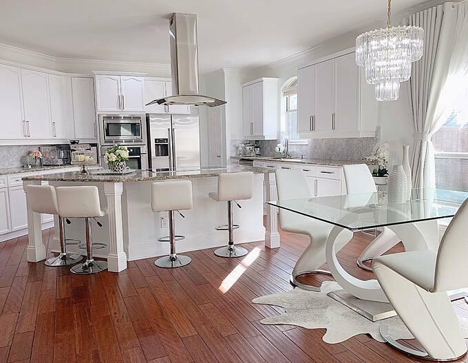 Ngôi nhà của vợ chồng Quỳnh Hương có2 tầng.Tầng dưới là khu vực sinh hoạt chính của gia đình bao gồm bếp,2 phòng khách, phòng ăn chính và góc phòng ăn sáng. Chị chọn tông trắng cho căn bếp và với chị, đây là nơi giữ lửa yêu thương của các thành viên trong gia đình.
