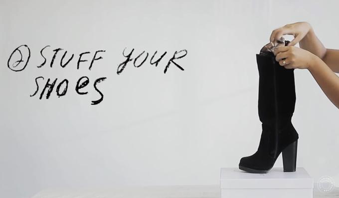 Việc nhét giấy báo bên trong boots giúp giữ phom và ngăn hình thành nếp gấp.