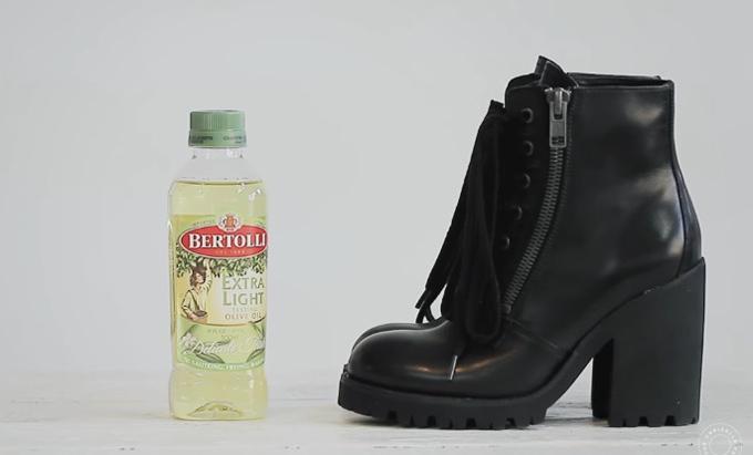 Dùng khăn thấm chút dầu olive rồi lau là cách tự nhiên để đôi boots trông sáng bóng.