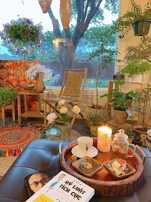 Toàn bộ đồ decor trong căn phòng đều đề cao yếu tố thiên thiện với môi trường như: mây tre, gỗ, cói...