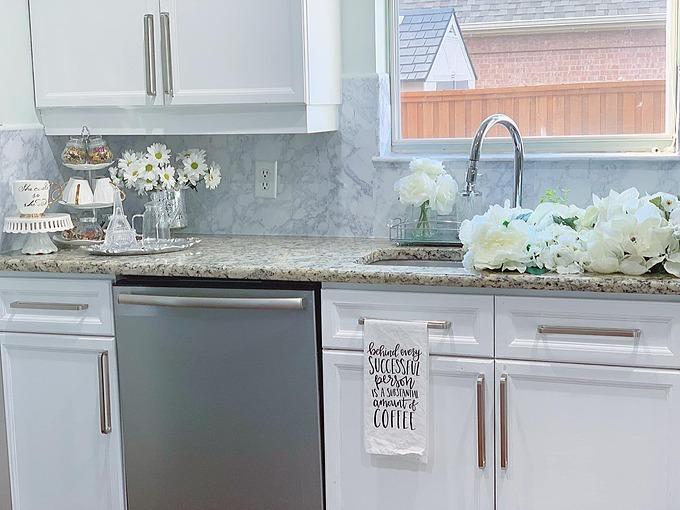 Bất cứ góc nào trong ngôi nhà của vợ chồng Quỳnh Hương đều có hoa và cây xanh. Vì thế, bếp cũng không là ngoại lệ.