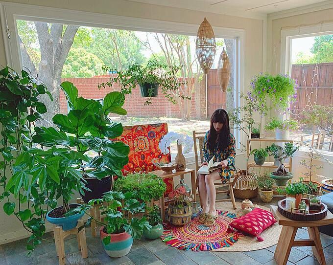 Một buổi sáng sớm trongcăn phòng tràn ngập ánh sáng mặt trời, cây xanh và mùi hoa cỏ thiên nhiên nhè nhẹ, Ngô Đoàn Quỳnh Hương (30 tuổi, hiện sống cùng ông xã và con trai nhỏ tại Dallas, Mỹ) ngồi đọc sách và nhâm nhi chút trà trước khi bắt đầu một ngày mới. Đã nhiều năm nay, căn sunroom này là nơi để vợ chồng chị trồng cây, uống trà và cùng nhau vui chơi, thư giãn. Dù vào ban ngày hay buổi tối, căn phòng này đều là điểm nhấn lung linh hơn cảtrong không gian sống của gia đình Quỳnh Hương.