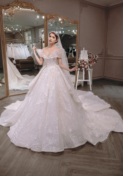 Tuy nhiên,Mỹ Huyền chưa thể tìm được chiếc váy dành cho ngày trọng đại dù đã xem qua hàng nghìn mẫu đầm vì các bộ cánh không phù hợp với mong muốn và dáng vóc của mình.