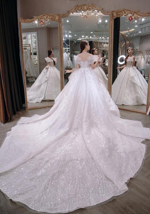 NTK cùng 3 ekip nghệ nhân đã đính kết hơn 10.000 viên pha lê Swarovski kích cỡ khác nhau làm tối ưu hiện tượngkhúc xạ ánh sáng trên váy cưới. Đuôi váy dài 3 m làm tăng vẻ thướt tha cho cô dâu khi sải bước trên lễ đường.