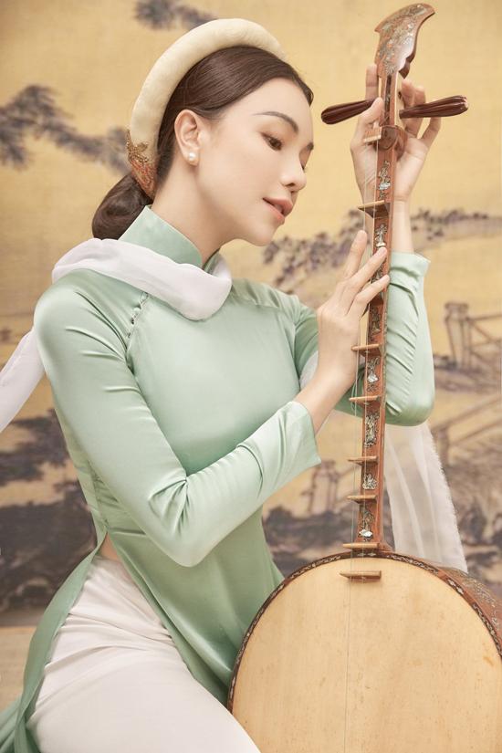 Cùng với những cánh hoa sắc màu trang nhã, êkíp còn sử dụng các loại nhạc cụ như đàn nguyệt và sáo để tăng sức hút cho bộ ảnh đẹp như tranh của Trà Ngọc Hằng.