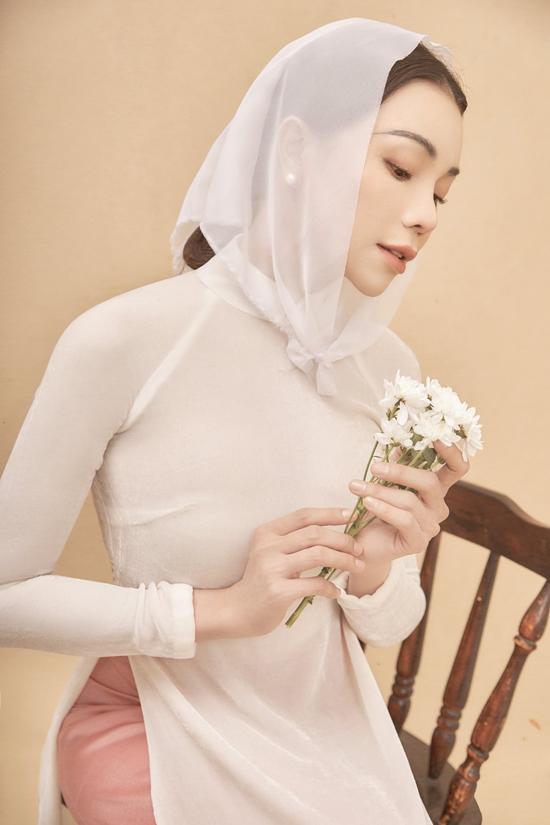 Bộ ảnh được thực hiện với sự hỗ trợ của stylistKye, nhiếp ảnh Trung Trần, trang điểm Dương Hữu Nghĩa, làm tócHương Đào.